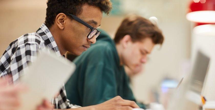 estudantes com grande concentração nos estudos